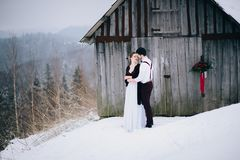 Marchent le marié et la jeune mariée dans les montagnes carpathiennes Photo libre de droits