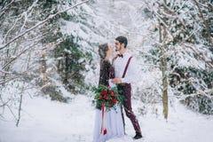 Marchent le marié et la jeune mariée dans les montagnes carpathiennes Photos stock