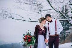 Marchent le marié et la jeune mariée dans les montagnes carpathiennes Photographie stock libre de droits