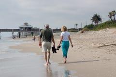Marchent le rivage Photographie stock libre de droits