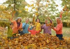 Marchent une famille nombreuse Photo stock
