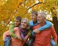 Marchent une famille nombreuse Photographie stock