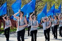 Marcherende meisjes met vlaggen Stock Foto