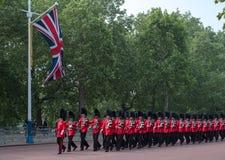 Marcherende militairen die onderaan de Wandelgalerij in Londen, het UK lopen Foto tijdens zich het Verzamelen de Kleurenceremonie stock foto