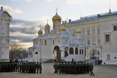 Marcherende militairen en Aankondigingskerk van Moskou het Kremlin Stock Foto