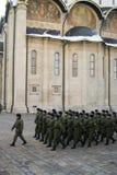 Marcherende militairen en Dormition-kerk van Moskou het Kremlin Royalty-vrije Stock Afbeeldingen
