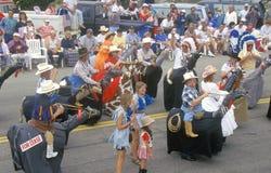 Marchers in 4 de Parade van Juli, Cayucos, Californië Royalty-vrije Stock Afbeeldingen