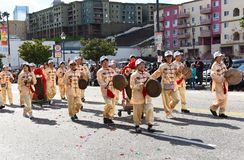 Marchers die Chinese instrumenten spelen bij de Chinese het Nieuwjaarparade van Los Angeles stock foto's