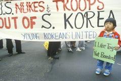 Marchers die de interventie van de V.S. in Zuid-Korea protesteert Stock Afbeelding