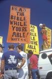 Marchers för religiös rätt som rymmer tecken, Santa Monica, Kalifornien Royaltyfri Foto