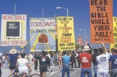Marchers för religiös rätt som rymmer tecken, Santa Monica, Kalifornien Arkivfoto