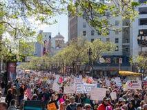Marchers in Maart voor Onze het Levensverzameling in doortocht onderaan Markt St Stock Fotografie