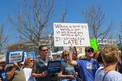 Marchers på mars för livprotest rymmer upp tecken på mars för livprotest i Tulsa Oklahoma 3 24 2018 Arkivbild