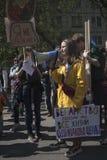 Marchers rymmer undertecknar upp att säga arkivbilder