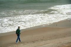 Marcheur de plage Photographie stock libre de droits