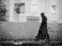 Marcheur inconnu de pluie Images libres de droits