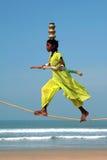 Marcheur indien errant de corde raide jouant sur la plage de Goa Photo libre de droits