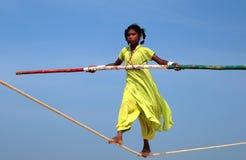 Marcheur indien errant de corde raide jouant sur la plage de Goa Photos libres de droits
