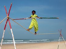 Marcheur indien errant de corde raide jouant sur la plage de Goa Photo stock