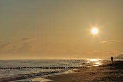 Marcheur nordique à la plage photographie stock libre de droits