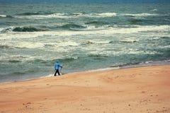 Marcheur nordique sur la plage photographie stock libre de droits