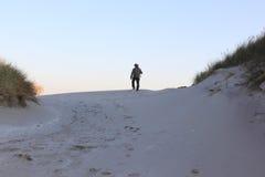 Marcheur seul en dunes d'Ameland, Pays-Bas Photographie stock libre de droits