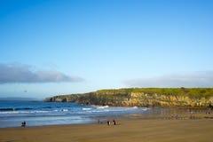 Marcheurs d'hiver sur la plage de Ballybunion Photo libre de droits