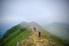 Marcheurs dans les nuages photo stock