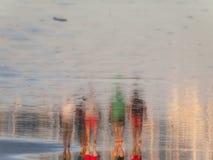 Marcheurs de plage Photographie stock libre de droits