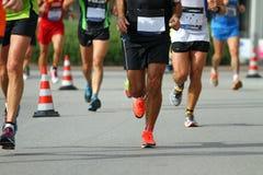 Marcheurs pendant la compétition sportive sur la rue Images libres de droits