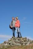 Marcheurs se tenant sur la pile des roches Photos stock