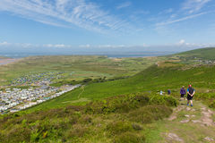 Marcheurs sur le chemin de côte du Pays de Galles chez Rhossili en bas de Gower Wales Image libre de droits