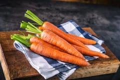 marchew świeże wiązek marchewki dziecko marchewki odizolowywali Surowe świeże organicznie pomarańczowe marchewki Zdrowy weganinu  Zdjęcie Royalty Free