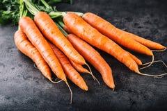 marchew świeże wiązek marchewki dziecko marchewki odizolowywali Surowe świeże organicznie pomarańczowe marchewki Zdrowy weganinu  Obraz Stock
