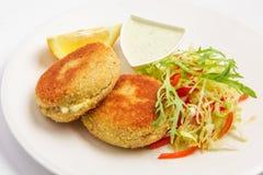 marchewek kukurydzanych fishcakes grochów kartoflani łososiowi słodcy warzywa Obrazy Royalty Free