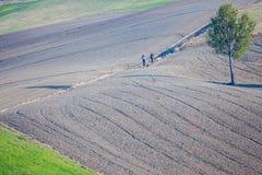 Marchez dans les collines parmi les champs labourés images libres de droits