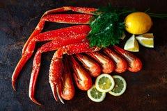 Marchez en crabe avec la crevette sur une lumière du jour avec le citron et l'aneth Photo stock
