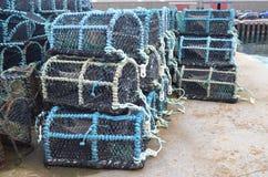 Marchez en crabe les paniers de pêche dans le port de pêche de Kirkwall, capitale des Orcades Ecosse Images libres de droits