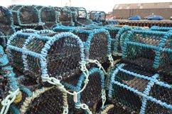 Marchez en crabe les paniers de pêche dans le port de pêche de Kirkwall, capitale des Orcades Ecosse Image stock