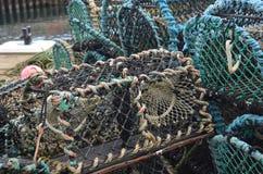 Marchez en crabe les paniers de pêche dans le port de pêche de Kirkwall, capitale des Orcades Ecosse Images stock