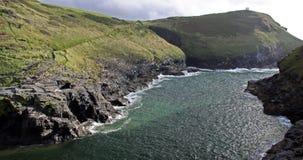Marchez la vue des falaises et de la crique rocheuses, Cornouailles, R-U Photographie stock libre de droits