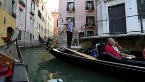 Marchez le long des canaux dans une gondole à Venise banque de vidéos