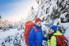 Marchez par la forêt d'hiver avec un sac à dos et une tente Photo stock