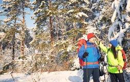 Marchez par la forêt d'hiver avec un sac à dos et une tente Photo libre de droits