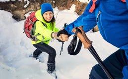 Marchez par la forêt d'hiver avec un sac à dos et une tente Photos libres de droits