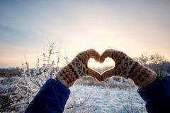Marchez par la forêt d'hiver avec un sac à dos et une tente Photos stock