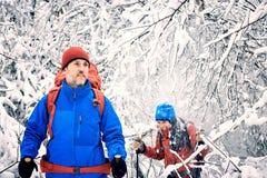 Marchez par la forêt d'hiver avec un sac à dos et une tente Photographie stock