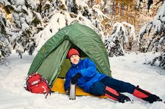 Marchez par la forêt d'hiver avec un sac à dos et une tente Image stock