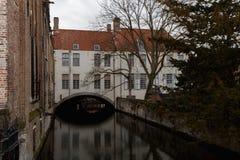 Marchez par les vieilles belles rues de la ville antique Photos stock