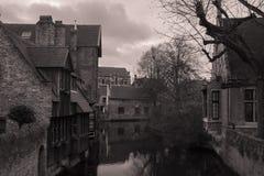 Marchez par les vieilles belles rues de la ville antique Images stock